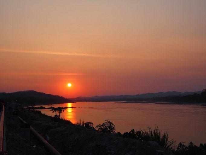 メコン川に沈む夕日を眺められるのも この旅では今回が最後 次に眺められるのは何年後だろう