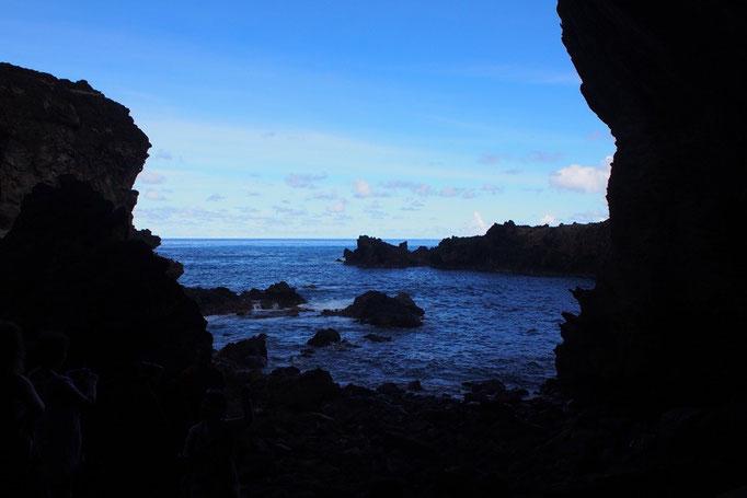 洞窟の目の前には海が広がっています 神聖な場所だったんだろうな