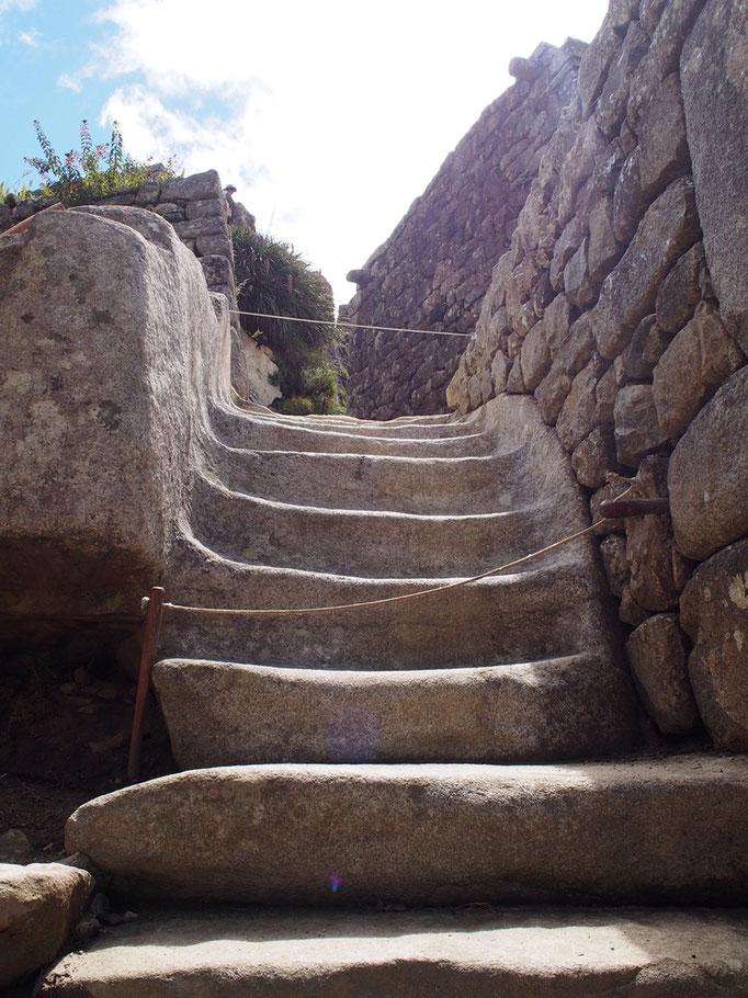 一枚岩の階段 大きな一枚岩を削って作られていて インカ帝国の石造技術の高さがあらわれているものの1つ