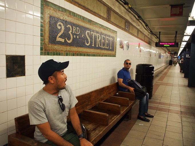 帰り道の地下鉄の駅 この駅では駅名の他に帽子や靴下の絵が描かれていました♡