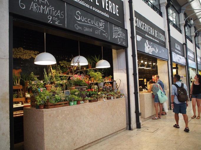 一軒一軒こんな感じで お花だったり 生ハムだったり... いろいろなものが売られています