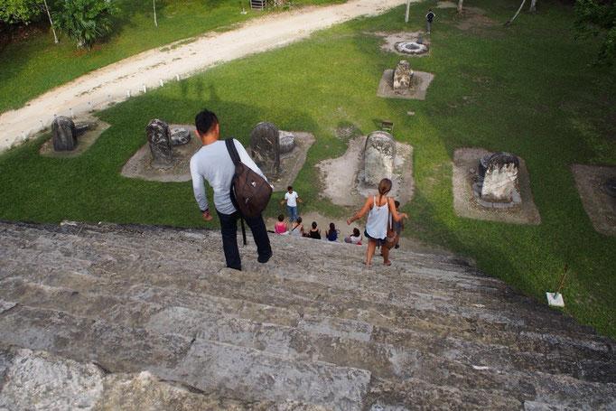 ティカル遺跡の中にはいくつもの神殿や建造物が残っていて 登ったり入ったりできる場所がたくさん