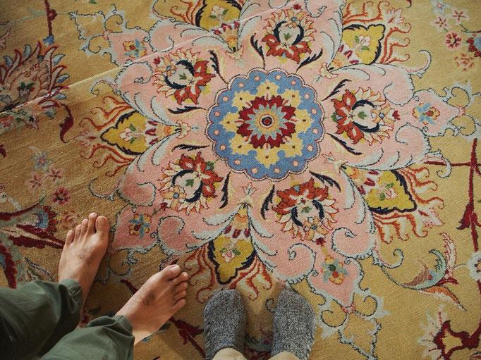 モスクの中には世界最大のペルシャ絨毯がひかれていて その色合いも 柄もかわいい♡