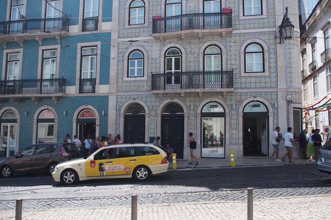 リスボンの街並み③ カラフルなアズレージョ張りの建物が 通りに沿ってずらりと並びます