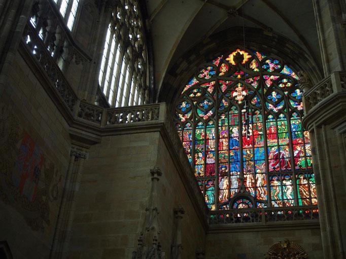 聖堂正面に向かって右上にあるステンドグラス 何メートルあるのかな...というくらいの大きさ!!