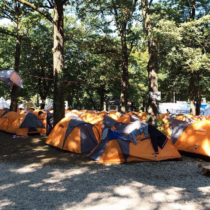 2人用テントで1泊60ユーロ/テント...この旅で泊まった場所で(少し贅沢しよう!という以外で)1-2を争う金額!!