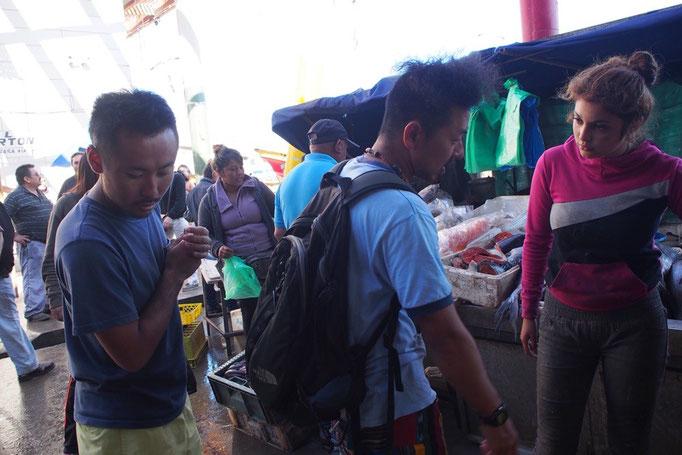 新鮮な魚の目利きと値段交渉にがんばる男子2人 それを眺めて写真を撮るだけの私(笑)