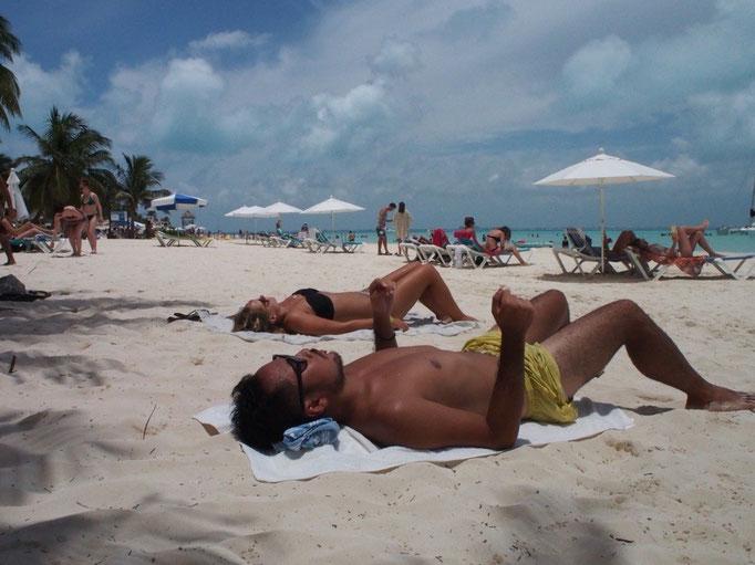ここのところのカリブ海めぐりですっかり黒くなった旦那さん 周りにはトップレスで焼いている人もちらほら