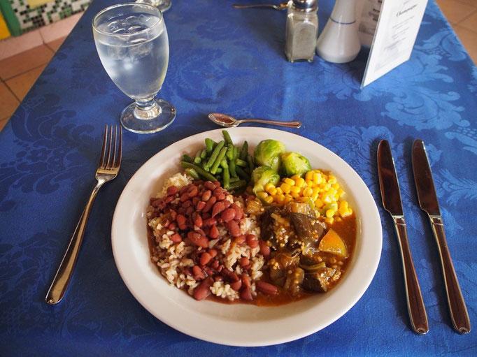 食事はいくつかあるレストランから選べて 食事時間以外には軽食が食べられる場所も