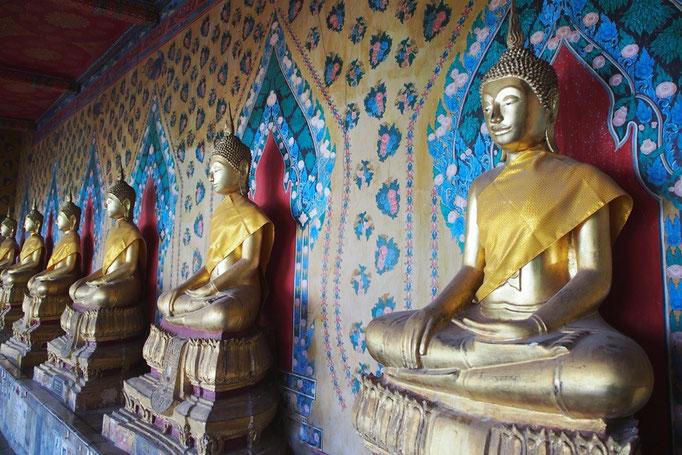 ワットアルンでは お釈迦様の金色に輝く姿と 後ろの壁の柄のかわいさが絶妙にマッチ♡