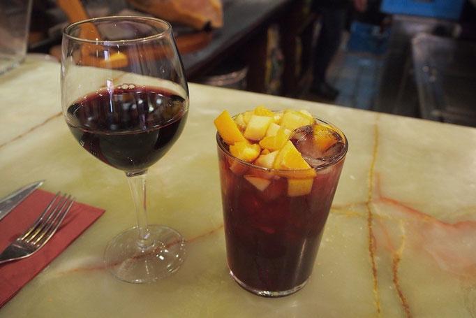 2軒目のバルにて 少し大きめのグラスに盛り盛りのサングリア1杯2.0ユーロ そしておいしい♡