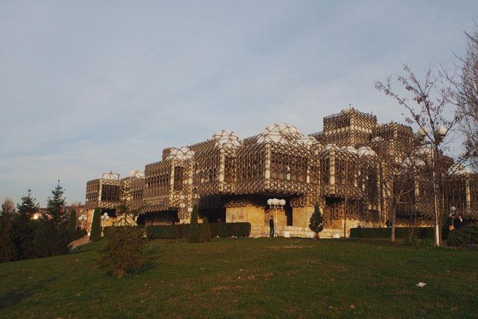 プリシュティナの大学内にある国立図書館は 脳の形をモチーフにして作ったらしく不思議な形
