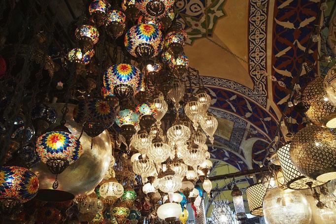 グランドバザールの中は照明が売っているお店もたくさんで キラキラして綺麗