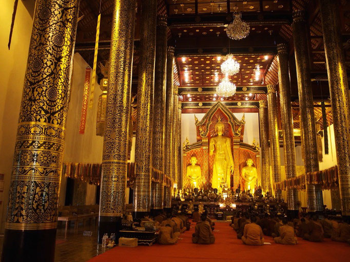 次に訪れた ワットチェディルアン ちょうど僧侶の方達のお祈りが行われていて とても厳かな雰囲気