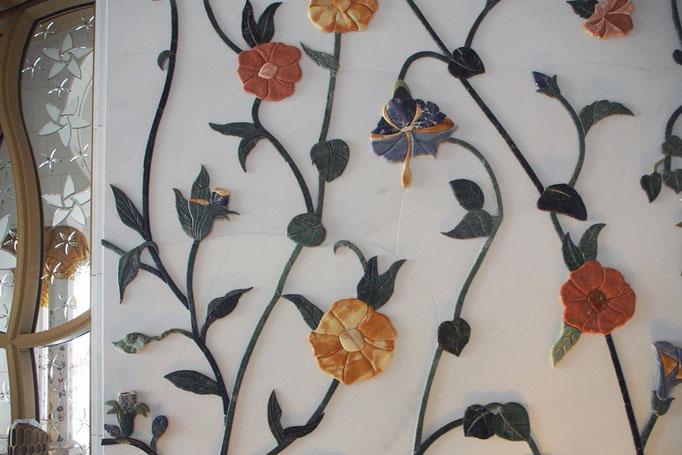 真っ白な壁にも 見ていてほっこりするようなお花のモチーフが。