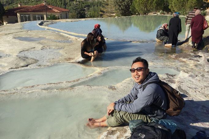 """""""赤いパムッカレ""""と呼ばれる温泉はパムッカレよりもお湯が温かくて... ぽかぽか足元から温まりました"""