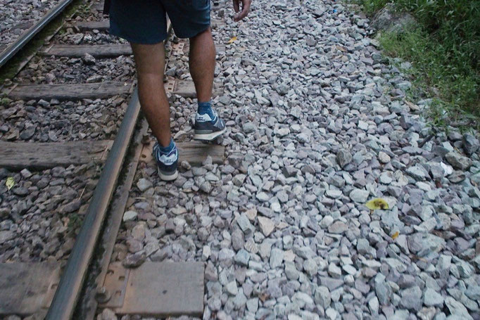 線路沿いを歩くだけあって砂利道が続く この旅でとてもがんばってくれているニューバランスくんと今日も一緒に
