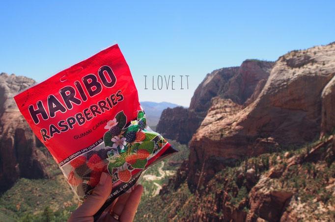頂上で食べたハリボのラズベリー味 疲れた身体に甘いものが染みていきました...