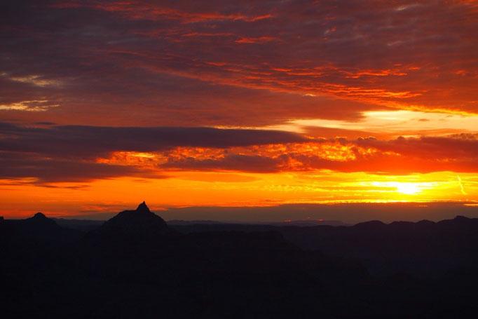 日が昇ってくるとともに光と影が次々に表情を変えていき 素晴らしい景色が広がっていきました