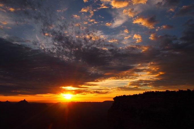 それまで真っ暗だった峡谷に光が注ぎ込んで 喜んでいるように輝き始めて...
