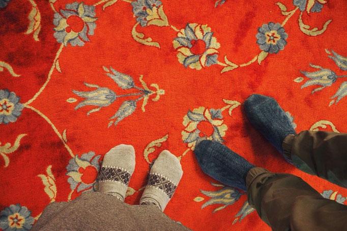 モスクの中は靴を脱いで入るからか いつまでもぼんやりできそうな雰囲気 敷いてあるカーペットも可愛い♡
