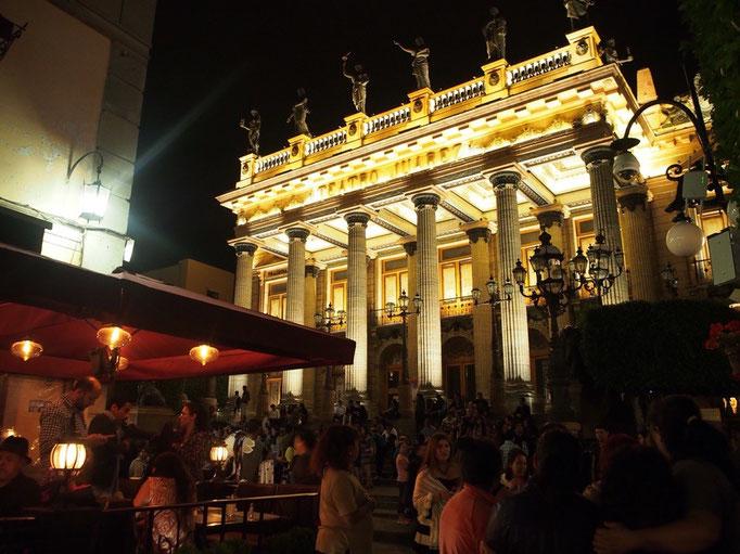 少しお散歩にお出かけ 夜でも人がたくさんでおおにぎわい ライトアップも綺麗でした