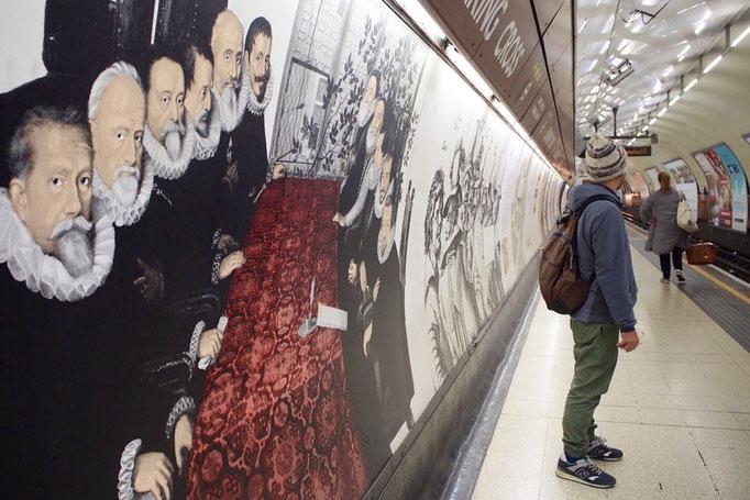 チャリングクロス駅には長さ100mにも渡る壁画が ロンドンの地下鉄の駅もそれぞれ印象が違う感じが素敵♡