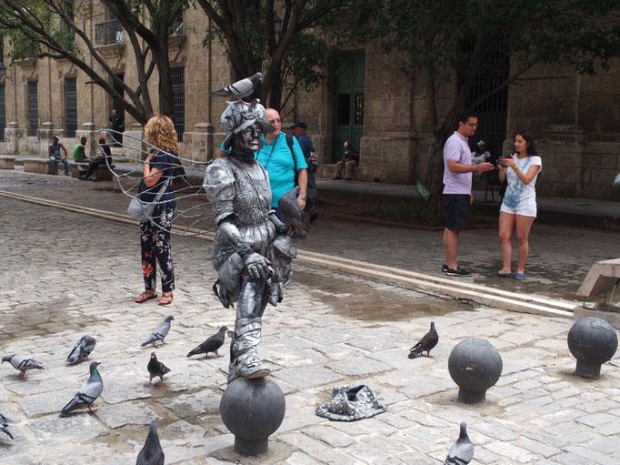銅像の格好をした人 鳩も止まってしまうなんてプロだなぁ...