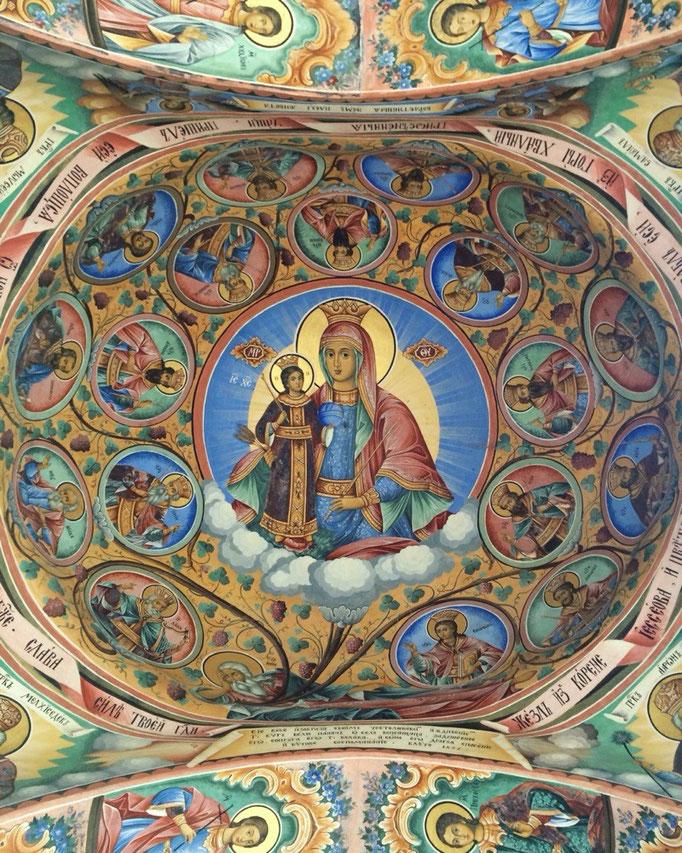 フレスコ画は教会を囲む全ての壁と天井に描かれていて その細かさと 色彩の豊かさに驚くばかり