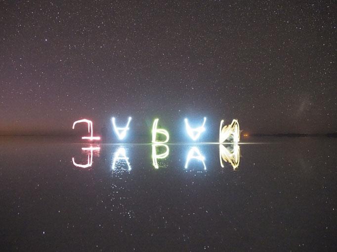 みんなでライトを持って文字を書いて遊んだり iPhoneの待ち受け画面の光が大活躍♡