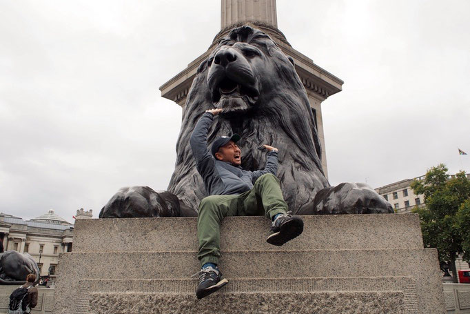 トラファルガー広場の入り口にいる立派なライオンとともにハイチーズ(笑)