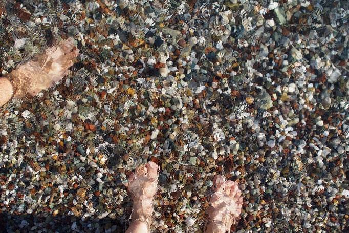 ビーチまでとことこ降りていくと アンタルヤのビーチは砂利のビーチ この旅で砂浜以外のビーチは初めて