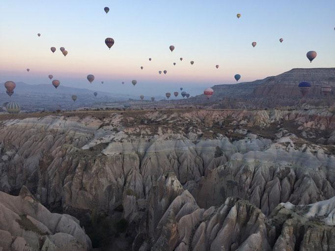 気球が上昇した後は 今度はゆっくり下降して 上から眺めていた渓谷の中へ