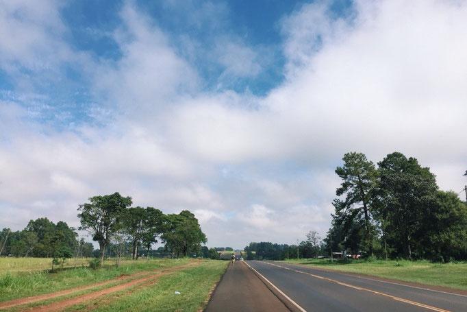 農協でのお買い物の後 運動のために宿までお散歩 道路が広くて気持ちいいー...