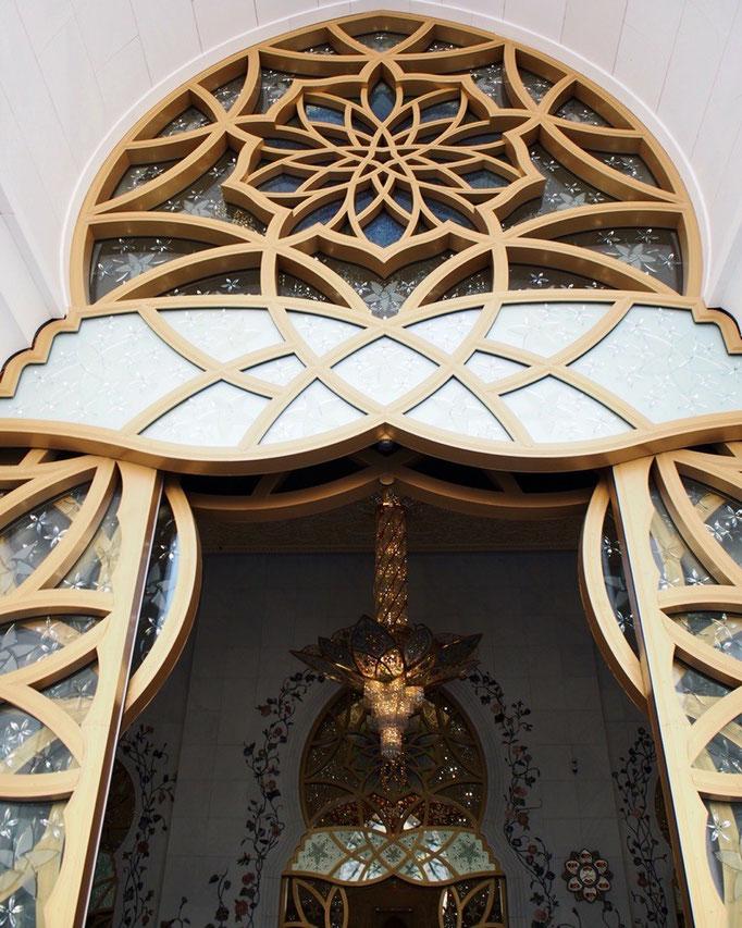 外観だけでも楽しめるモスク。それでは いよいよ中に入っていきます...わくわく♡