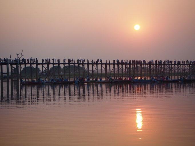 ウーべイン橋は チーク材を使って作られた橋では世界最長となる 1.2kmの木造の橋