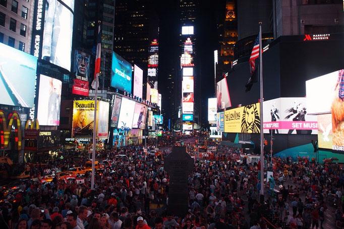 夜のタイムズスクエアは 平日なのに活気があって いろんなエネルギーにあふれた場所