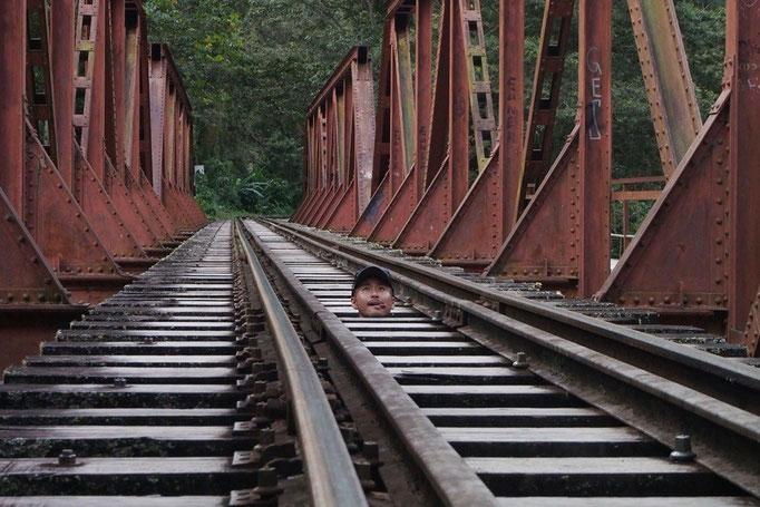 鉄橋の下は川になっているけれど こんな風に顔を出して遊べるところも(笑)
