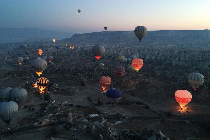 いったん気球が浮かび上がりはじめると どんどん上に上に上がって あっという間に空の中へ