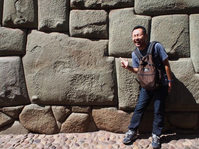 かつてインカ帝国の首都だった町では その時代に気づかれた精密な石組みをいたることろで見ることができます