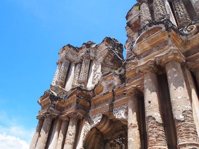 アンティグアの町には火山性地震によって崩壊した建物があちこちに 哀愁を感じるような不思議な存在感