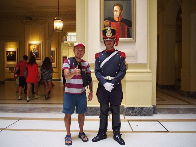 カサ ロサーダの中で衛兵さんと記念撮影