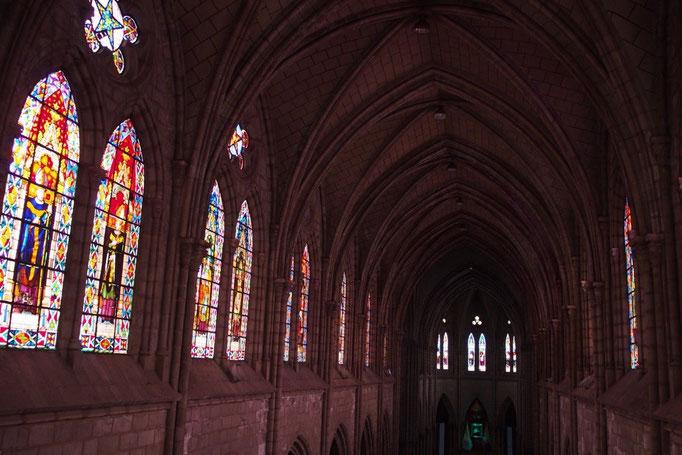 大きなステンドグラスの向かいには広い聖堂づたいにステンドグラスが連なっていて圧巻でした