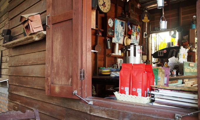 小さなカフェの店内を小窓から見ていると 店員さんのテキパキとした動きが楽しい