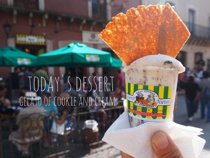 お散歩途中のおやつタイム ジェラート屋さんで クッキーアンドクリームをお持ち帰り