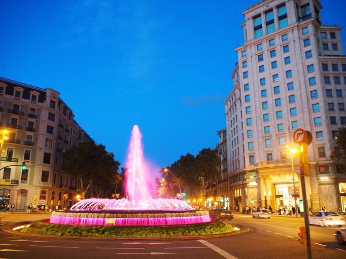 暗くなってきた街の中でカラフルに色を変える噴水を発見 ピンク♡