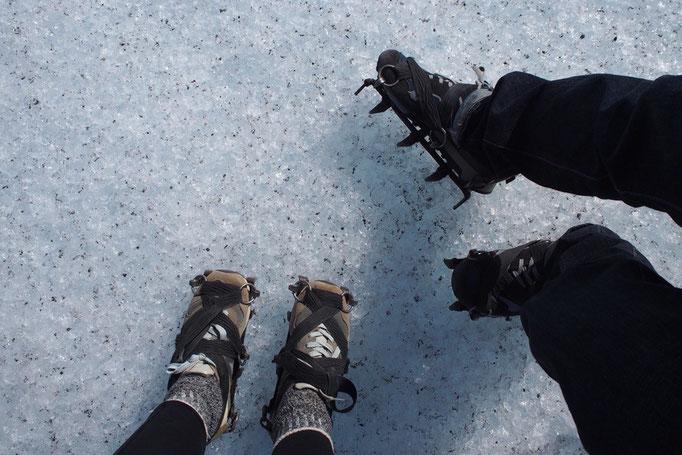 氷河トレッキングのため 初めてのアイゼンにわくわく♡
