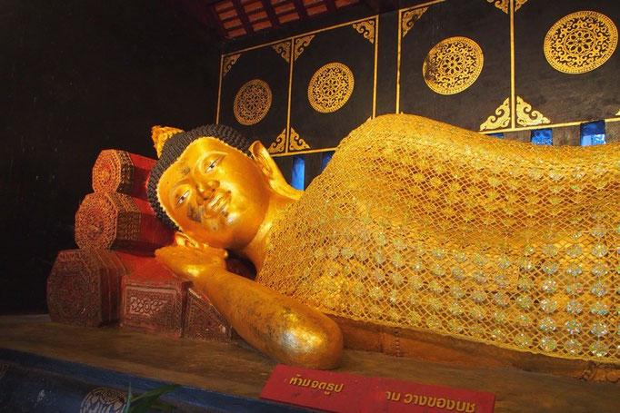 ワットチェディルアンには涅槃仏の姿も なんとものほほんとした表情にほっこり♡