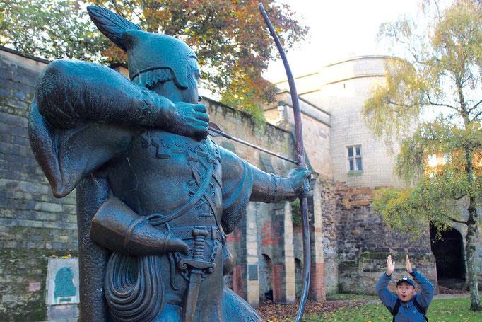 ノッティンガム城のふもとに行くと ロビンフッド像がお出迎えしてくれます