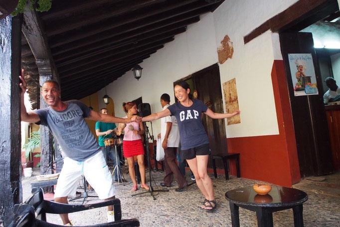 ここでもサルサが流れていて なぜか私も旦那さんのサルサのダンス相手をすることに...なすがままに振り回される私